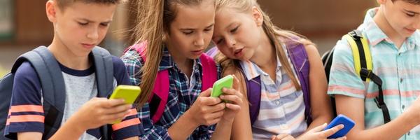 Gratis smartphone voor duizend scholieren uit arme gezinnen