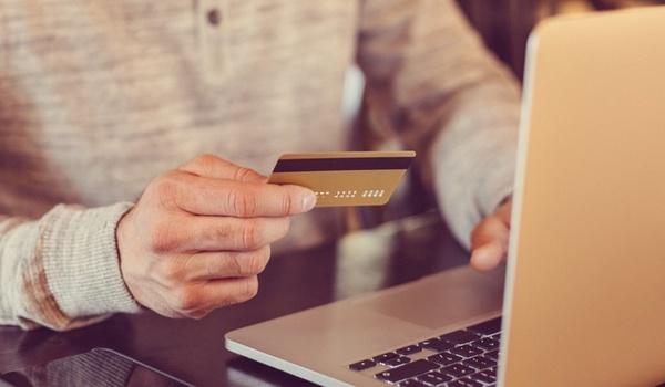 Online aankopen vaakst via laptop