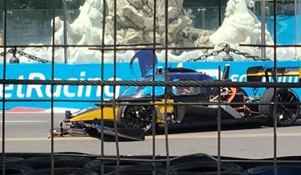 Crash in eerste race tussen zelfrijdende auto's