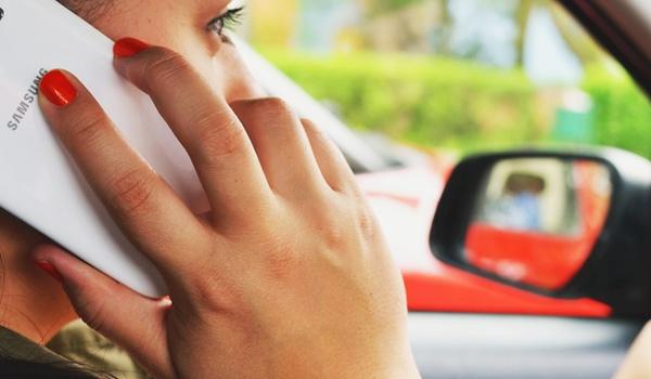 Verkeersminister: smartphone bedienen in auto moet verboden worden