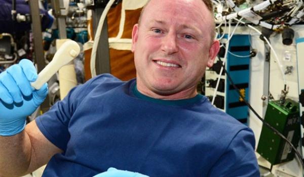NASA mailt gereedschap de ruimte in
