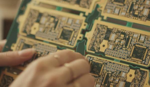 Gouden sieraden van moederbord-onderdelen