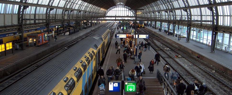 Bespiedende reclameborden Amsterdam Centraal tijdelijk uit