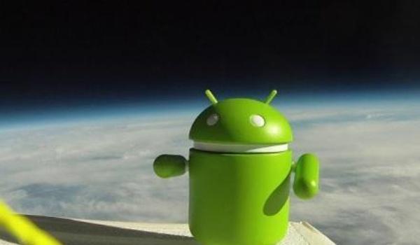 Android kijkt vanuit de ruimte neer op aarde