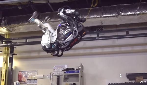 Lenige Atlas-robot maakt spectaculaire salto