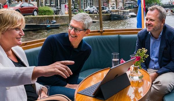 Apple-baas Tim Cook gespot in Amsterdam
