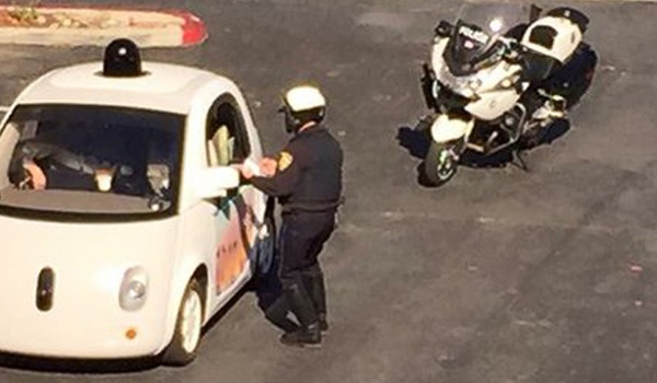Google's zelfrijdende auto aangehouden door politie