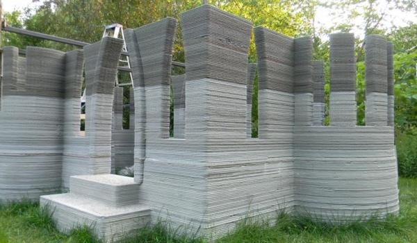 Man bouwt betonnen kasteel met 3D printer