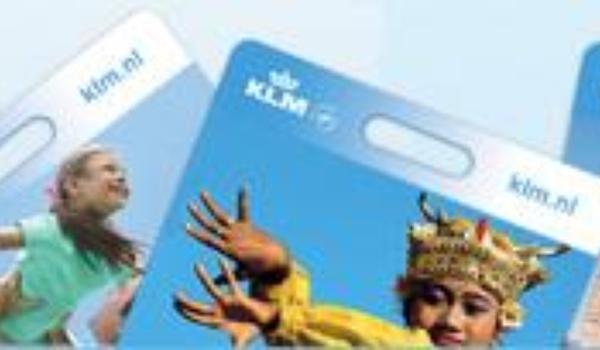 Passagiers KLM maken eigen bagagelabel