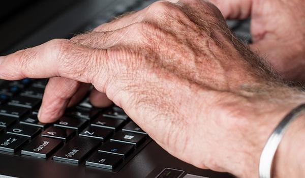 CBS: Vooral ouderen gebruiken internet nooit