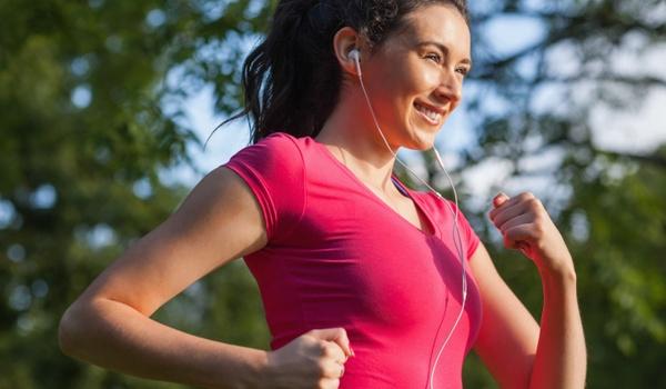 Hardlopende vrouw tekent GPS-piemels