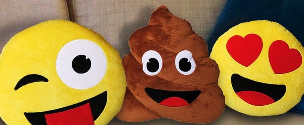 Lachen op de bank met emoji-kussens