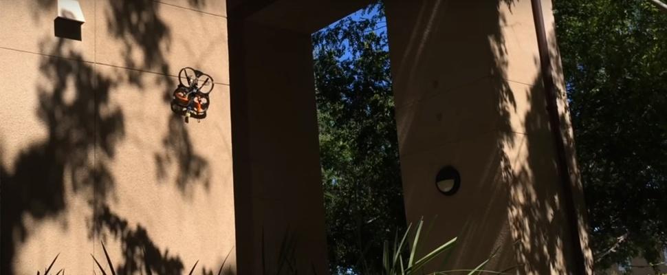 Drone blijft als spin aan de muur hangen