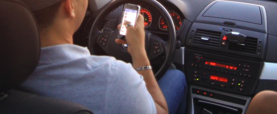 Straks mogelijk celstraf voor appen in auto