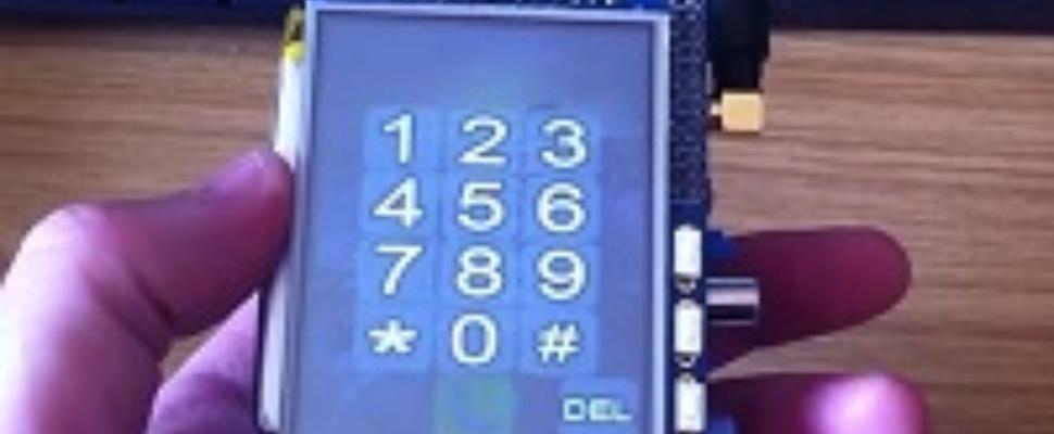 Man knutselt telefoon van Raspberry Pi