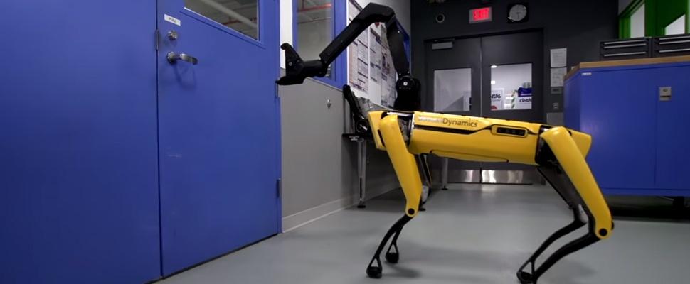 Robothond opent deur met griezelige grijparm
